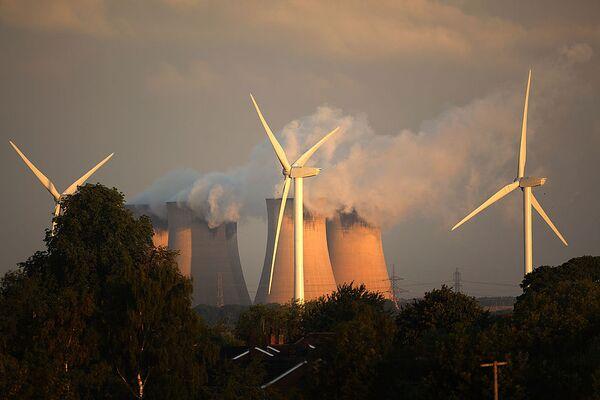 Turbinas de viento erigidas junto a la mayor central eléctrica de carbón de Europa