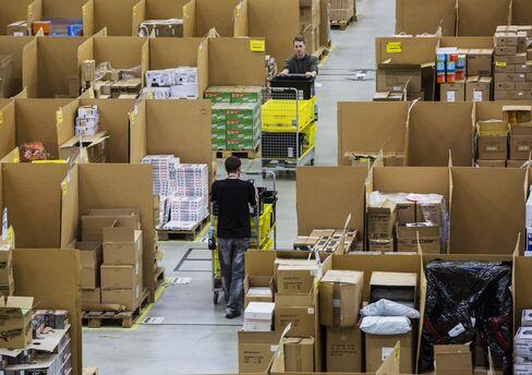 アマゾンの配送施設で働く従業員