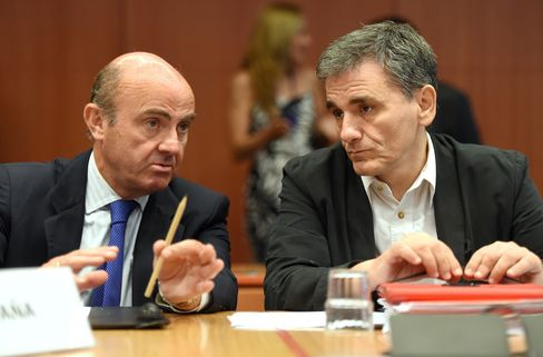 Greece's Finance Minister Euclid Tsakalotos (R) and Spanish Finance Minister Luis de Guindos Jurado talk during an Eurogroup meeting at the EU headquarters in Brussels, on Aug. 14.