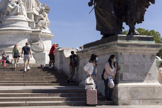 Queen Elizabeth II's U.K. Tourist Income Falls 53% in Pandemic