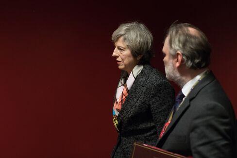 英国のメイ首相とバロー駐EU大使(9日、ブリュッセル)
