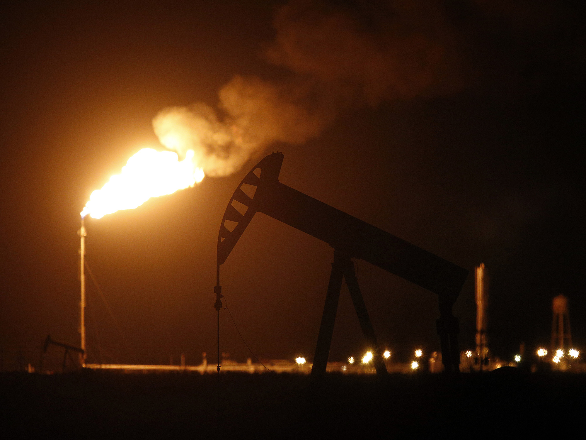 Why Oil Producers Are Lighting the Skies With Flaring: QuickTake - Bloomberg