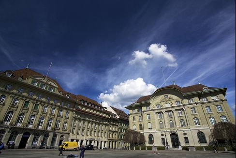 SNB Keeps Franc Cap on Hold as Worsening Crisis Adds Pressure