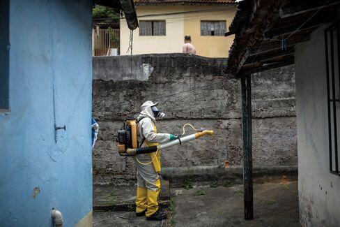 Spraying pesticide fog in a residential neighborhood in São Paulo.