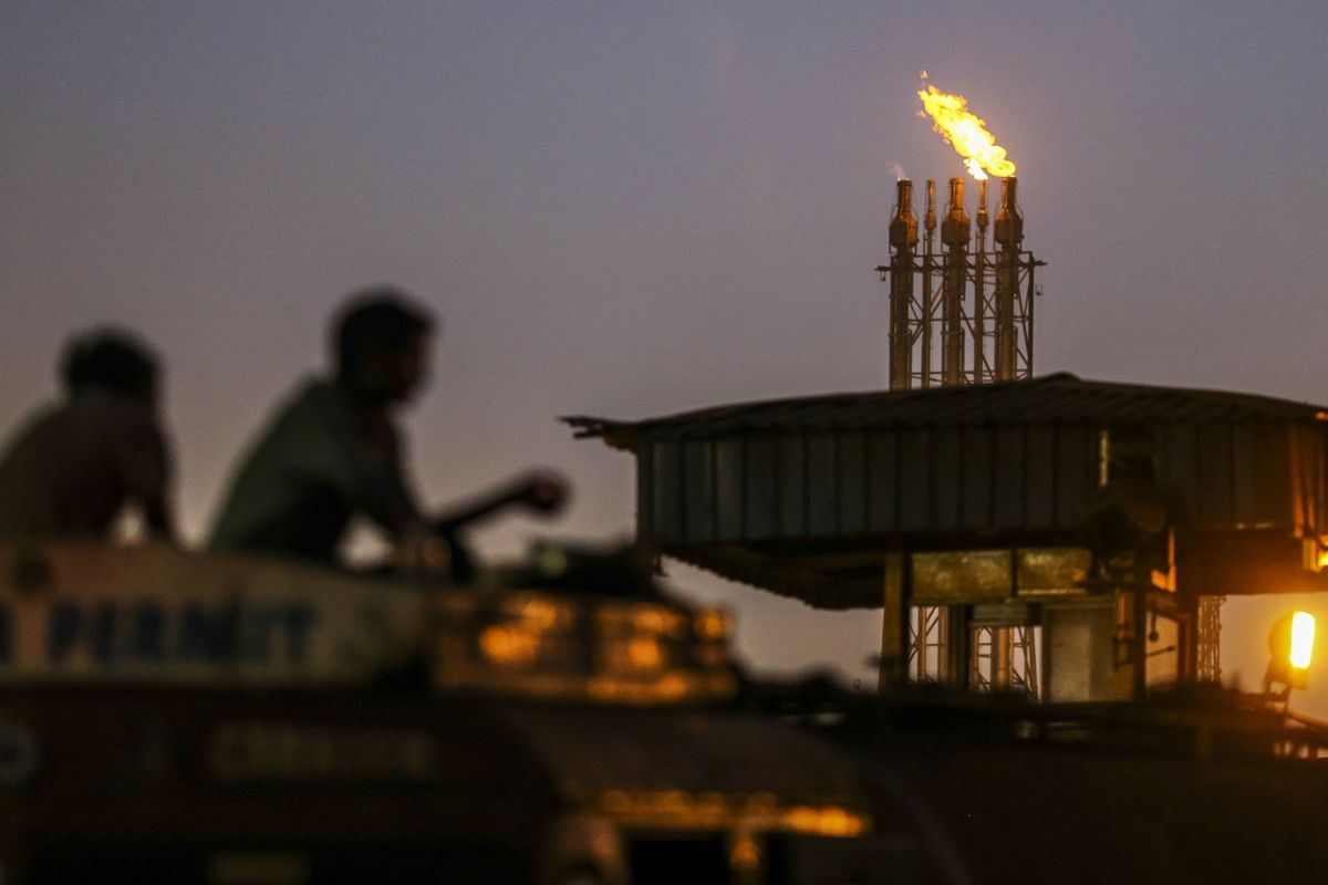 India Mulls Selling Stake in Refiner to Overseas Oil Firm