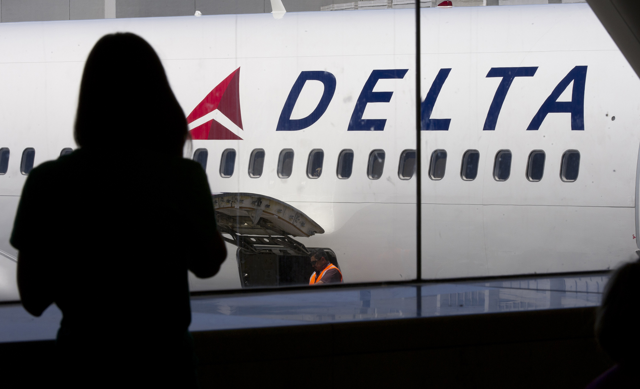 Berkshire Bets on Airlines With Stakes in American, Delta - Bloomberg