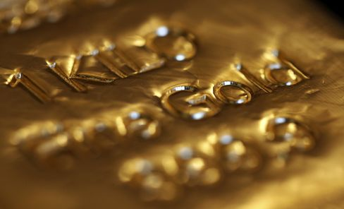 Gold Falls to Five-Month Low in London, Dollar Extends Gains