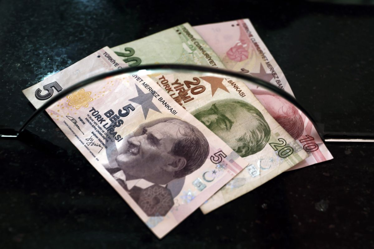 Lira Tumbles to Record as Lack of Central Bank Action Fuels Rout