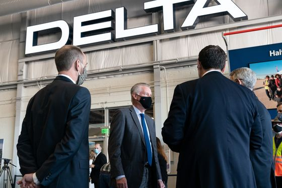 Airline CEOs Talk, Then Talk Some More, to Coax U.S. Flyers Back