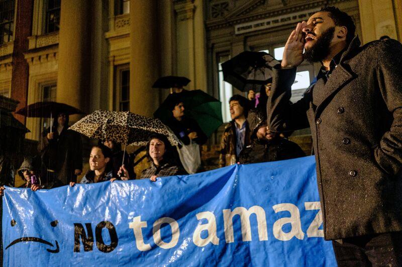 Manifestantes asisten a protesta contra Amazon en la sede planificada de la empresa