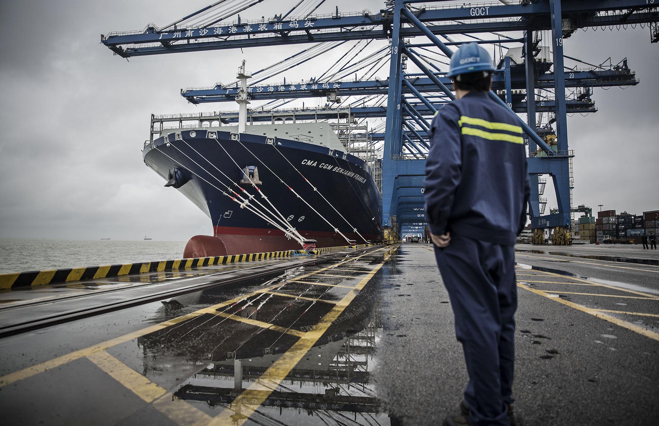 Doku pracownik spojrzenia przy zbior statkiem w Kanton, Chiny.