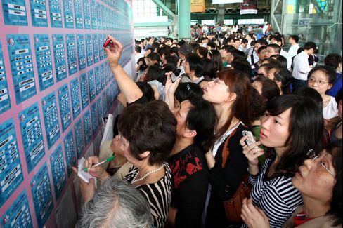 Dating Shanghai-Style Draws 20,000 Singles as Birth Rate Falls