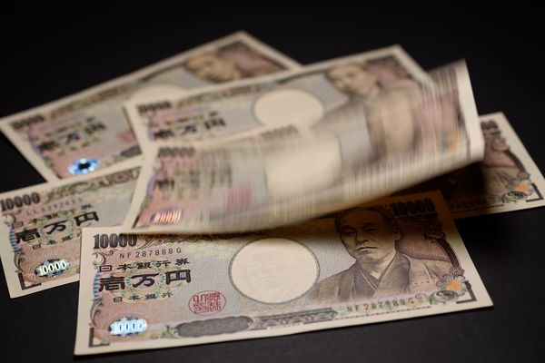 Yen Soars on Bank Holiday as Demand for Havens Takes Off: Chart