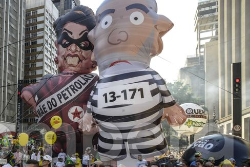 Inflatable figures of Rousseff and Lula.