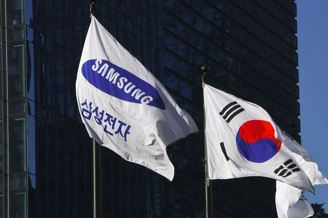 Samsung heir and top exec arrested and charged with bribery