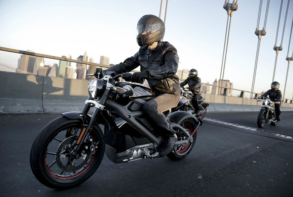 Harley Davidson Riders Unveil Project Livewire On New York S Manhattan Bridge June 23