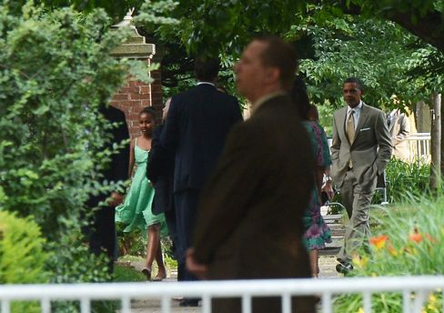 Obama Family Takes Two-Day Chicago Break, Attends Wedding