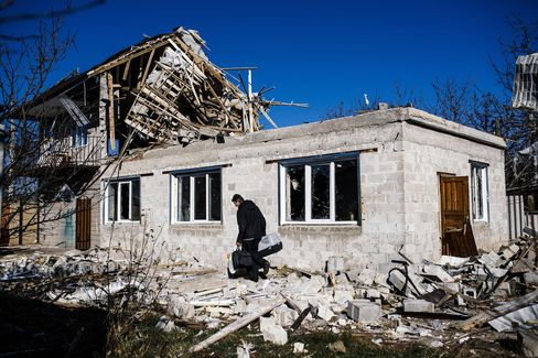 Ukraine Lurches Back Toward War as East Fighting Picks Up