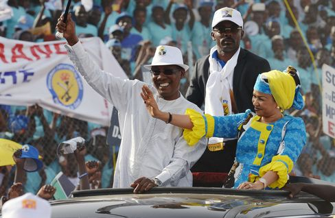 Idriss Deby Itno and his wife wave to supporters on April 8.