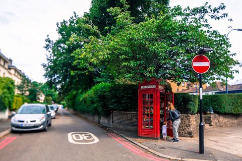 Thisconverted red phone booth in southeast London now serves as anhonor-based library for children's books
