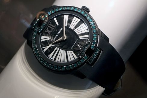 To set the gems in carbon, Roger Dubuis invented a brand new technique.