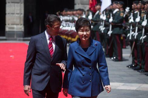 President of South Korea, Park Geun-hye and President of Mexico Enrique Pena Nieto in Mexico City on April 4.