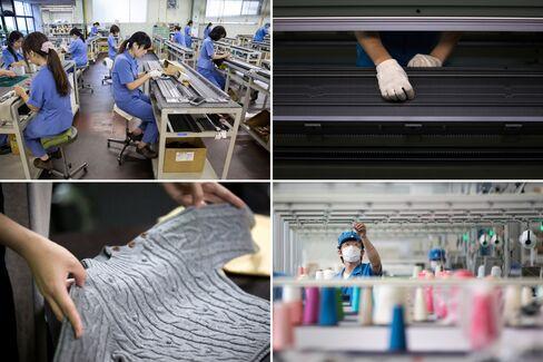 横編み機を使った工場内の光景