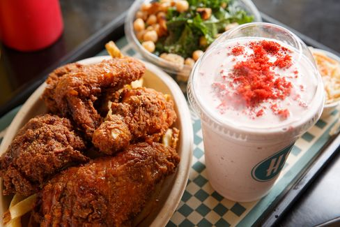 At his popup at Harlem Shake on Saturday, López-Alt served fried chicken and fried chicken sandwiches.
