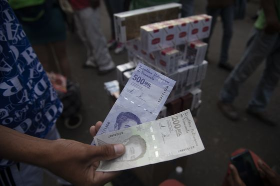 Cigarette Vendors Are Currency Traders in Disguise in Caracas
