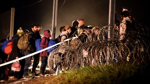 Migrants arriving from Tovarnik cross the border to Hungary before Hungarian police and soldiers closed the border with barbed wire .