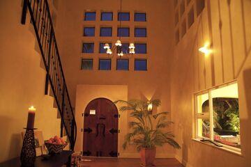 La casa tiene una puerta de entrada de doble altura.