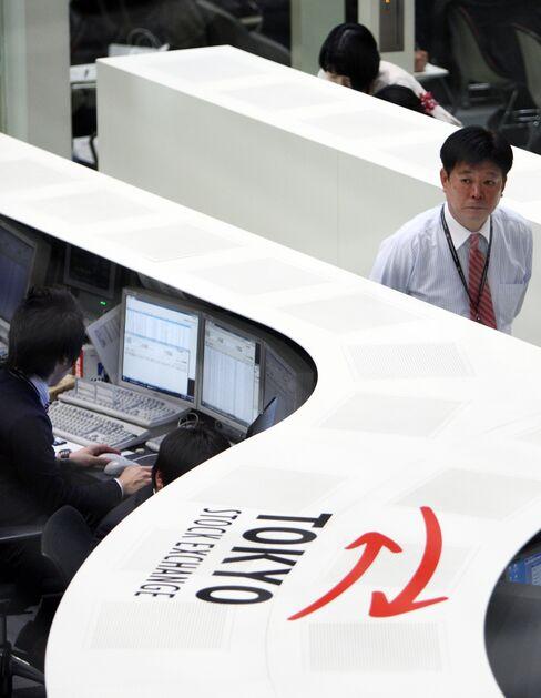 Japans Topix Advances Most in Two Weeks