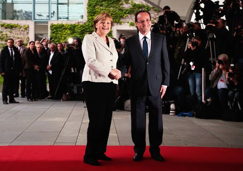 Merkel to Mask Difference With Hollande Amid 50-Year Elysee Pomp