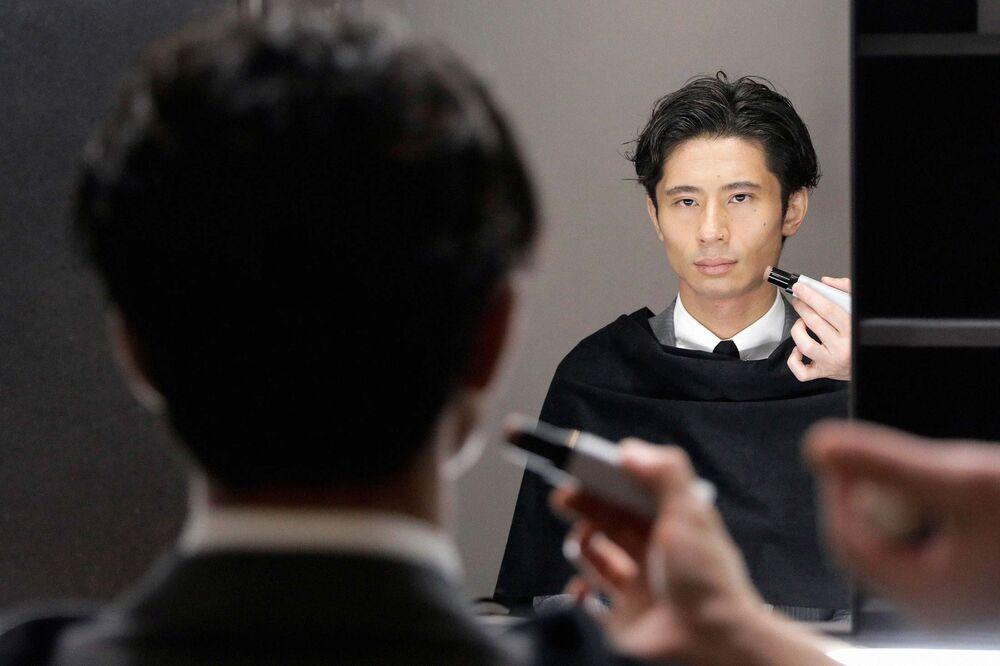 Gen Z Is Blowing Open the Market for Men's Makeup - Bloomberg