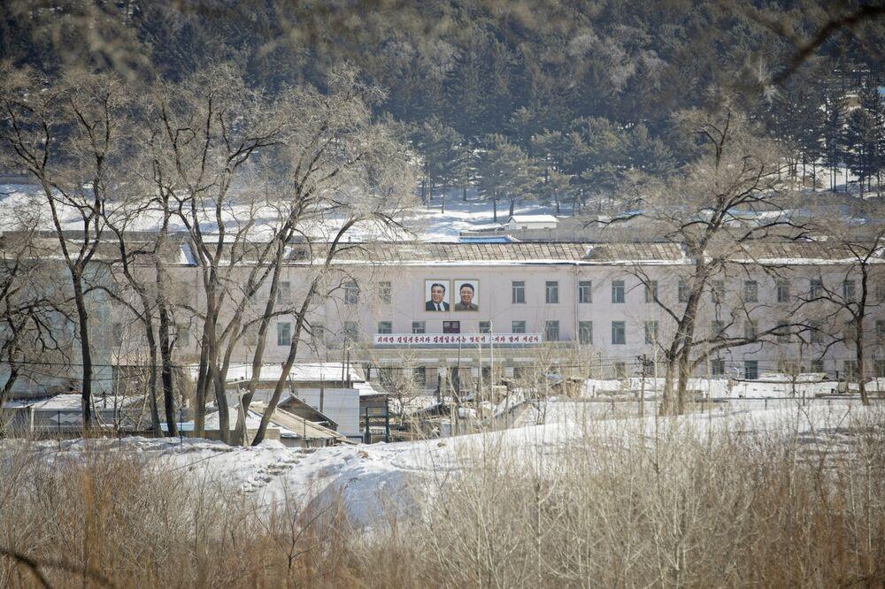 Chân dung của cựu lãnh đạo Triều Tiên Kim Il Sung, trái và Kim Jong Il được trưng bày trên một tòa nhà ở Hyesan, Triều Tiên, nhìn từ bên kia biên giới ở Trường Bạch, tỉnh Cát Lâm, Trung Quốc. Nhiếp ảnh gia: Qilai Shen / Bloomberg