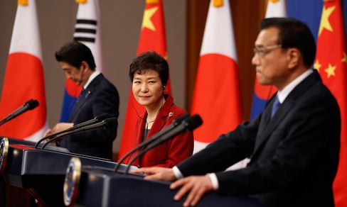 Chinese Premier Li Keqiang (R) speaks as South Korean President Park Geun-hye (C) looks on during a joint news conference at the presidential Blue House on Nov. 1, in Seoul, South Korea.