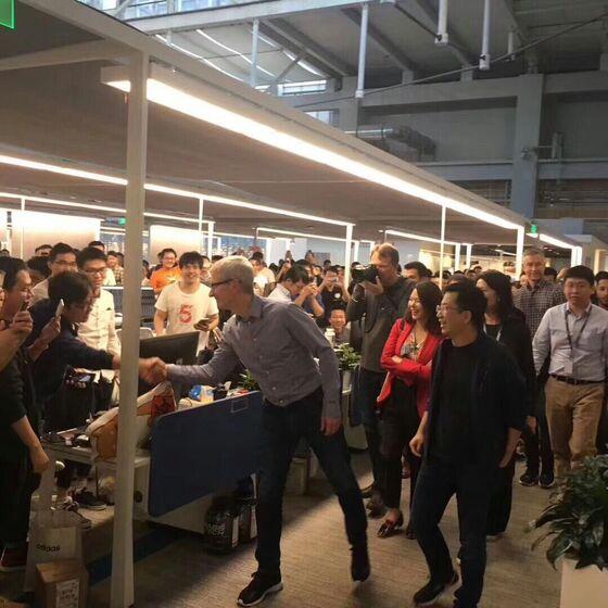Apple's Cook Visits World's Hottest Startup During Beijing Trip