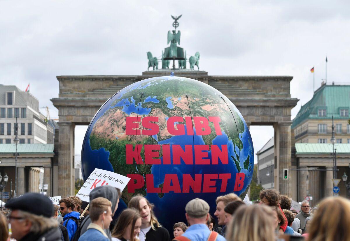 Merkel Seals $60 Billion Deal in New Attempt at Climate Targets