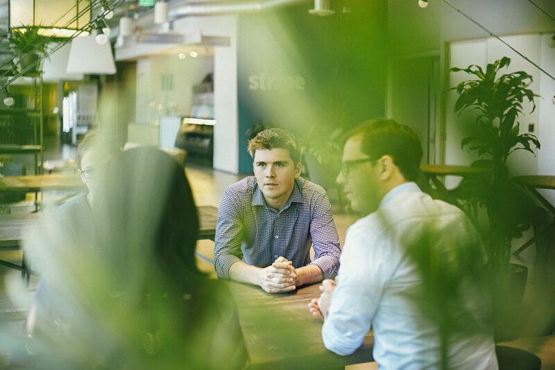 relaciona-se a como dois irmãos transformaram sete linhas de código em uma startup de US $ 9,2 bilhões