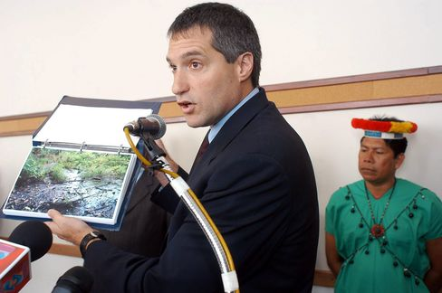 U.S. lawyer Steven Donziger during a news conference in Quito, Ecuador, in this Oct. 30, 2003 file photo.