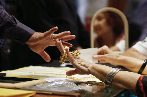 Gold Premiums in India Seen Extending Climb to Record on Curbs