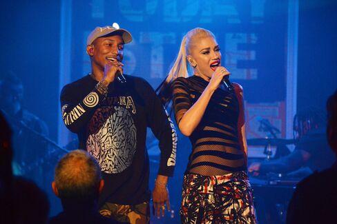 Pharrell Williams and Gwen Stefani perform.