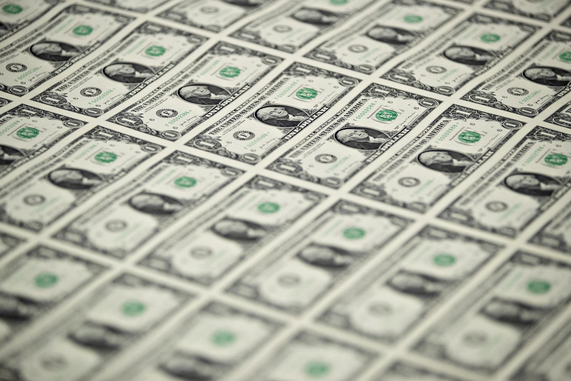 Menteri Keuangan, Mnuchin, melihat produksi mata uang yang membawa tanda tangannya