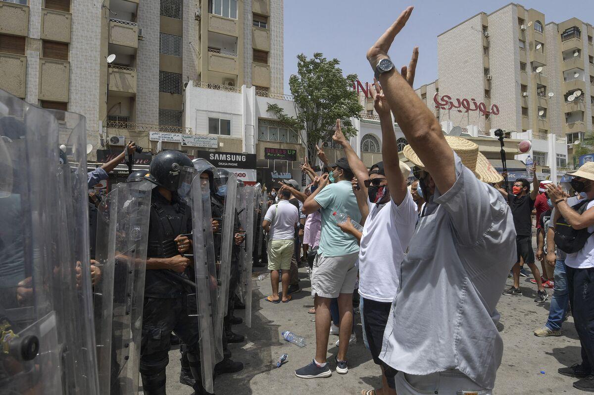 Violent Protests in Tunisia Over the Economy, Virus Spread