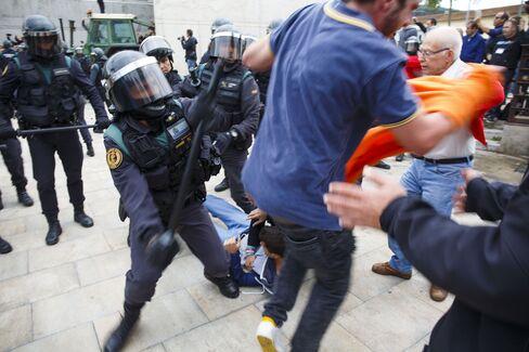 サント・フリア・デラミスの投票所近くでの警官隊と住民の衝突(1日)