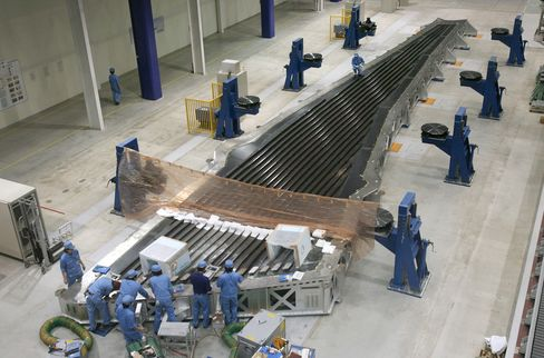 Toray to Boost Borrowing on Demand for Fiber Used in Boeing 787