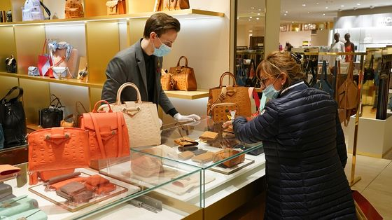 Luxury in Doldrums While Dettol and Takeout Boom: Earnings Wrap