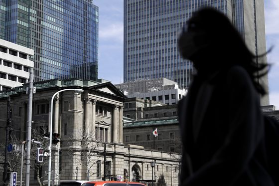 Japan Stock Rally Defies Foreign Sales Thanks to BOJ, Banks