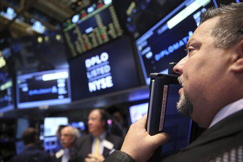 U.S. Stocks Drop as S&P 500 Index Slides Below 200-Day Average