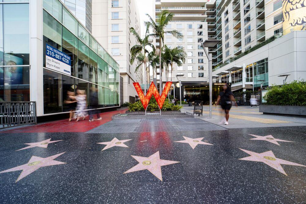 Piesi przechodzą obok hotelu Marriott International Inc. W w Los Angeles, Kalifornia, USA